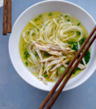 sopa de pollo con fideos chinos